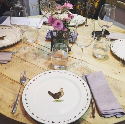 Vajilla y mesa es preparada