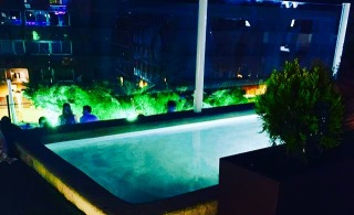 Vista nocturna piscina