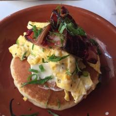 Pancakes salados con huevos revueltos y bacon