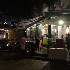 Terraza en plaza Puente Romano de noche