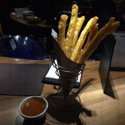 Patatas hojaldrdas con salsa brava.