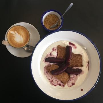 Tarta rota de crema ricotta y peras