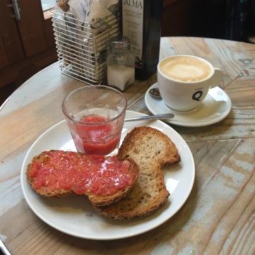 Desayuno de pan con tomate.