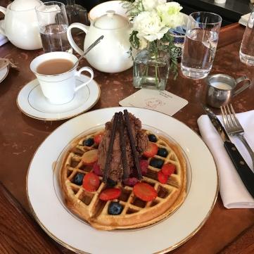 Waffle con mousse de chocolate y frutos rojos