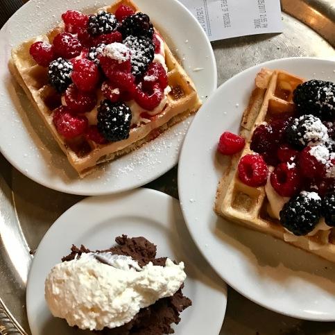 Waffle con frutos rojos y Mousse de chocolate