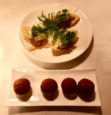 Croquetas de setas con trufa y hamachi tostadas, jalapeño y siracha.