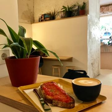 Café+pan con tomate de Hola Coffee.