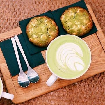 Matcha latte+cookie de matcha con chocolate blanco.
