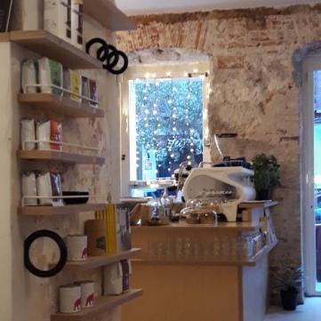 Barra con máquina de café La Marzocco de Hola Coffee.