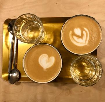 Latte coffee en Hola Coffee.