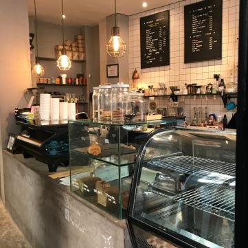 Barra con máquina de café La Marzocco.